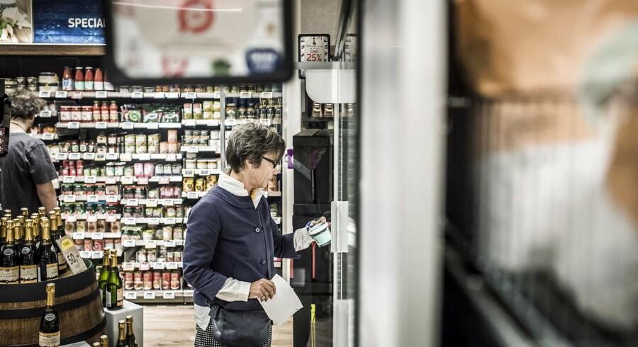 ARKIVFOTO: Reportagebilleder fra den nyåbnede Føtex Food på Sølvgade, der har meldt sig ind i kampen om at være forrest i økologisalg. Her er det Benedicte Ejlers, en kunde i Føtex, der er glad for økologi.