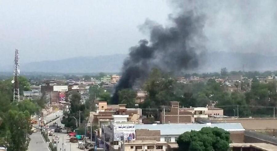 En gruppe jihadister angriber den østlige afghanske by Jalalabad, og der har været flere eksplosioner.