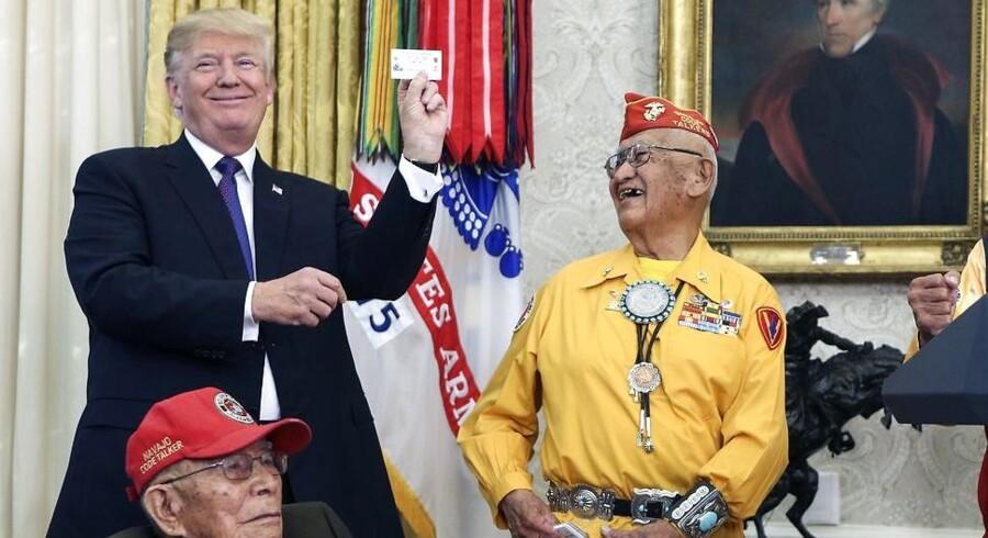 Da præsident Donald Trump mandag skulle hylde Navajo-indianere for deres indsats med kodede meddelelser under Anden Verdenskrig, sendte han en stikpille til demokraten Elizabeth Warren, som han kaldte »Pochahontas«. Foto: Oliver Contreras/EPA