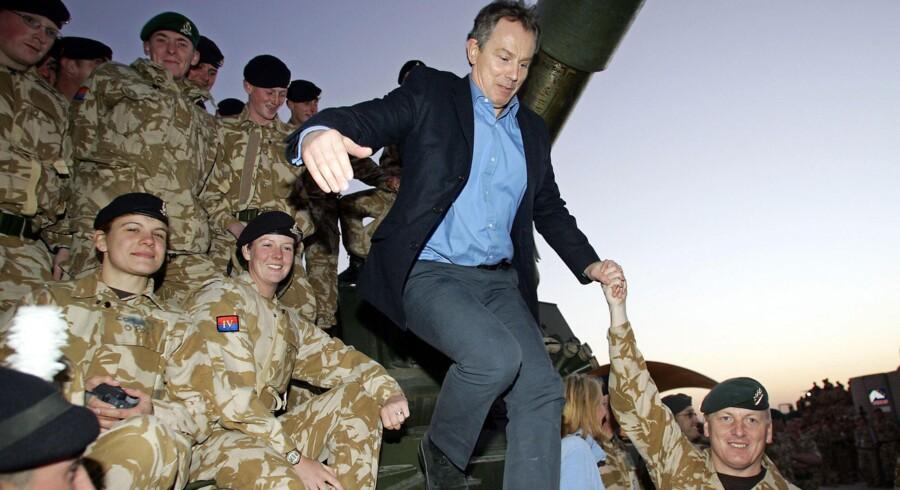 Storbritanniens daværende premierminister, Labours Tony Blair, på besøg hos sine udsendte soldater i Basra i Irak lige før jul i 2004. Blair kan forvente hård kritik, når undersøgelsen af den britiske krigdeltagelse onsdag offentliggøres. Foto: Adrian Dennis/AFP