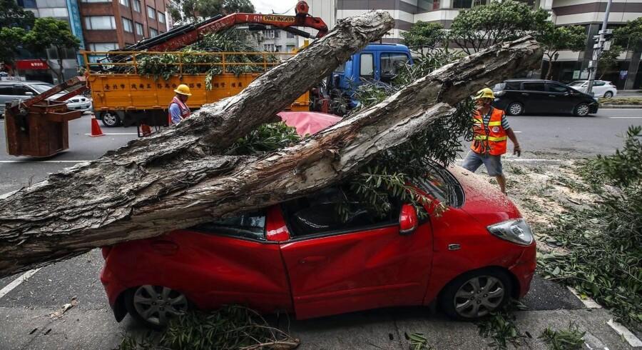 Mange mennesker er blevet såret, efter en kraftig tyfon har ramt Taiwan.