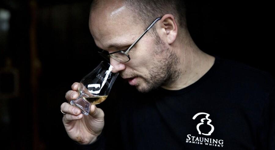 Adm. direktør i Stauning Whisky, Lasse Vesterby dufter til whisky