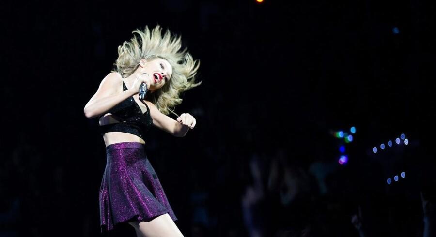 Den amerikanske sangerinde Taylor Swift optræder her i Köln for nogle dage siden. Nu får hun penge af Apple for sin musik, også i den prøveperiode, som Apple-kunderne har på den nye Apple Music-tjeneste. Arkivfoto: Rolf Vennenbernd, EPA/Scanpix
