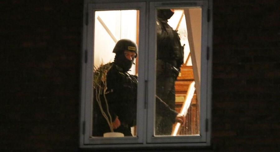 Betjente skudt på Christiania. Mistænkt jaget og er nu anholdt efter endnu et skuddrama torsdag morgen. En af betjentene betjent blev ramt i hovedet og er hårdt såret, en civil er også ramt.