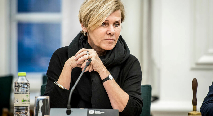 Kulturminister Mette Bock (LA) får svært ved at realisere sine planer om at sælge 40 pct. af TV 2, efter at Dansk Folkeparti har besluttet at modsætte sig.