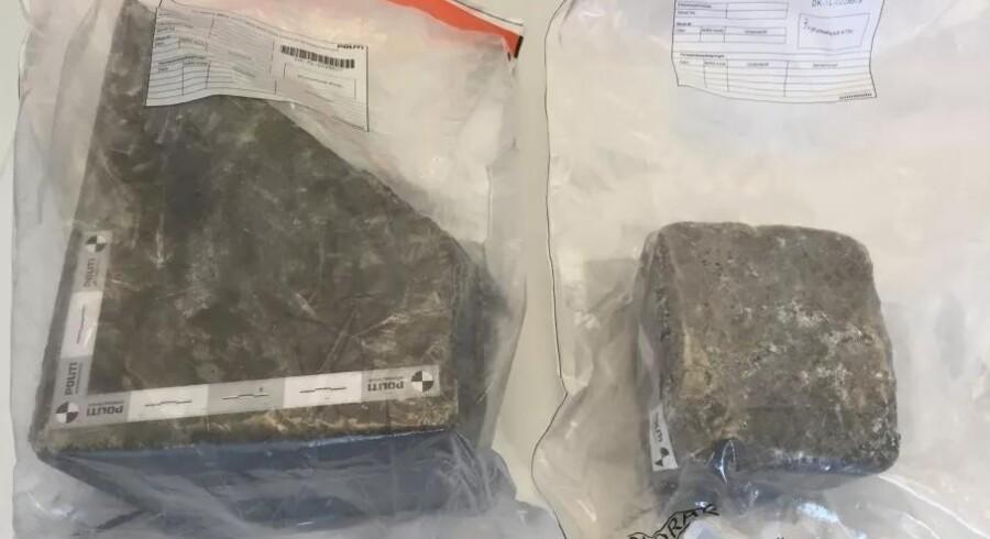 Fyns Politi har offentliggjort billeder af disse to sten for at komme nærmere en eller flere gerningsmænd, der står bag sødagens tragiske dødsfald. De to sten ramte ikke den udenlandske families bil, men politiet mener, at de er blevet smidt ud over motorvejsbroen mellem Blommenslyst og Vissenbjerg på Fyn i forbindelse med ulykken.