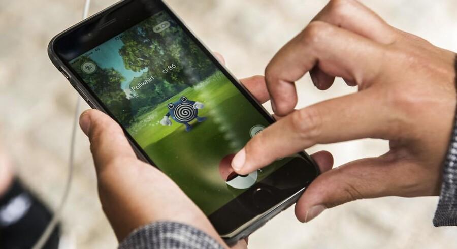 Pokémon Go-dillen har også ramt Danmark, hvor tusinder jager de små monstre på deres mobiltelefon ved at slå GPSen til og bruge telefonens kamera, som så vil vise, hvor væsenerne gemmer sig og kan fanges. Spillets bagmænd tjener stort, selv om det er gratis, for mange køber ekstra, når de først er i gang med at spille. Foto: Ida Marie Odgaard, Scanpix