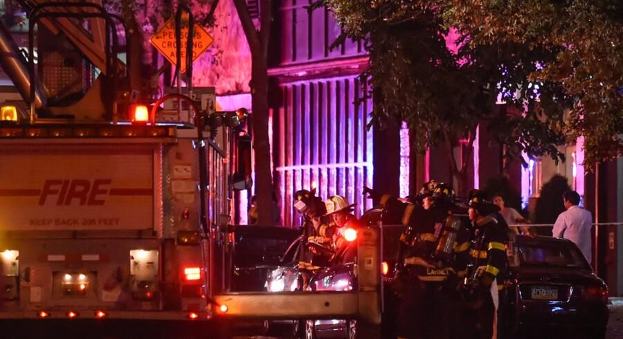 Et stort antal politi- og redningsfolk var til stede i gaderne på Manhattan i New York, der lørdag aften blev rystet af en eksplosion. 29 blev kvæstet ved eksplosionen, heraf en meget alvorligt. Reuters/Rashid Umar Abbasi