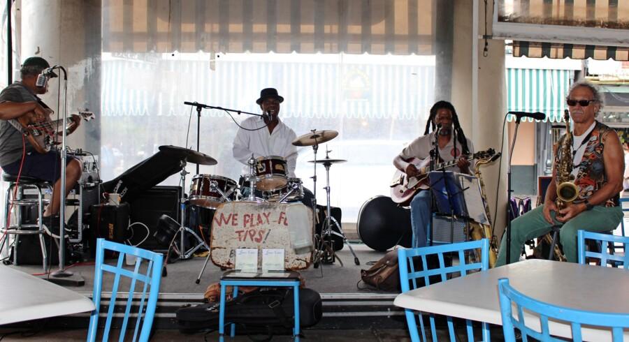 En doven formiddag på en fortovscafe i New Orleans falder vi over dette enormt velspillende jazzband.