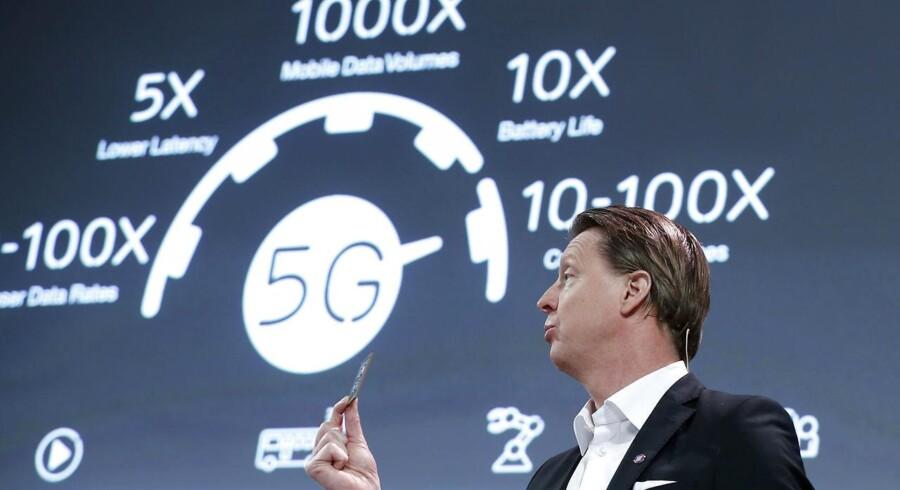Ericssons topchef, Hans Vestberg, fremviste en 5G-chip på Mobile World Congress i Barcelona i Spanien, hvor de kommende 5G-mobilnet har en hovedrolle, selv om de først kommer om fire-fem år. Foto: Albert Gea, Reuters/Scanpix