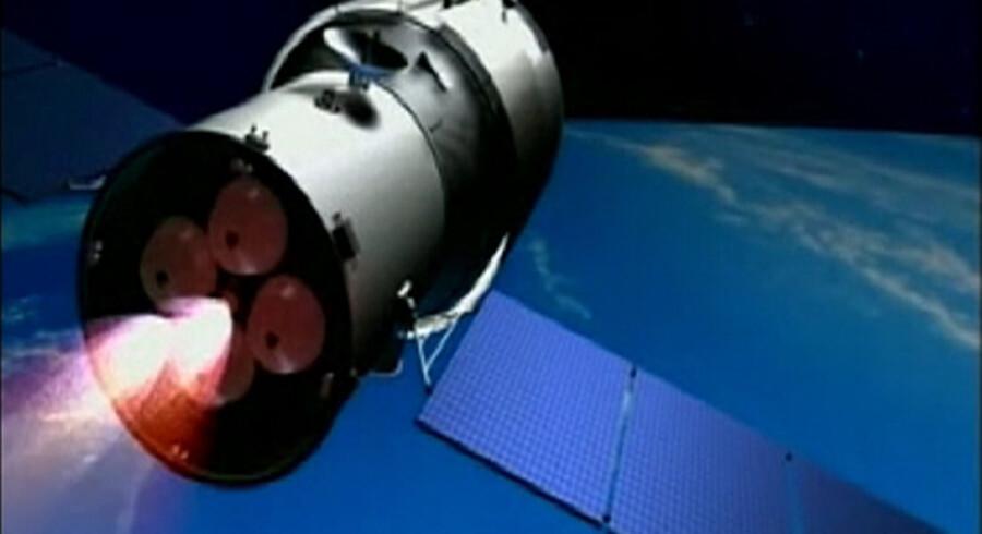 Tianngong-1 er et over 10 meter langt kinesisk rumfartøj. Det ventes at brænde op på vejen gennem atmosfæren, men dele kan ramme fra New Zealand til Midtvesten i USA ifølge ESA. Reuters/Ho/arkiv 3d-animation