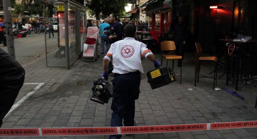 En uidentificeret gerningsmand har dræbt mindst to mennesker i Tel Aviv.