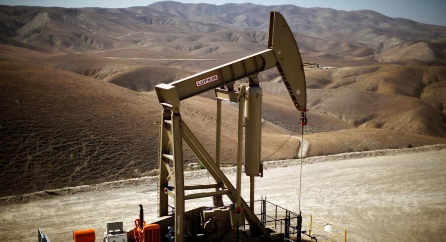 Ifølge Energy Information Administration, EIA, steg lagrene af råolie med lige under 1,7 mio. tønder, hvor økonomerne havde ventet et fald på 2 mio. tønder.