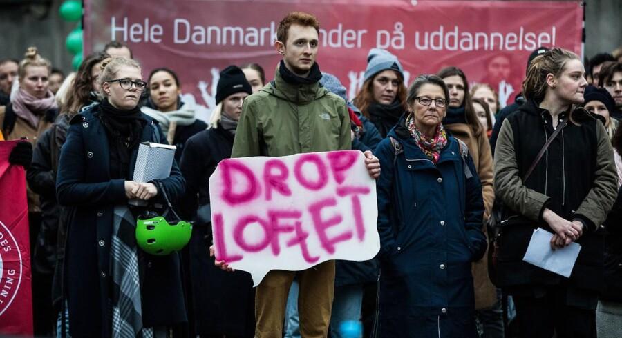 Et uddannelsesloft blev vedtaget mandag, men det gælder ikke for andre EU-borgere med en uddannelse fra hjemlandet. Smuthullet afføder ny kritik af loven.