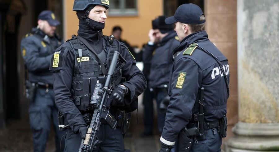 Stærkt bevæbnet politi ved Københavns Byret i forbindelse med retssagen mod fire personer, som menes at have hjulpet Omar el-Hussein.