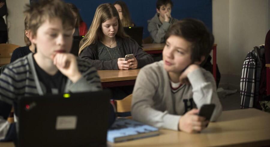 Flere og flere undervisningsredskaber er digitale og indsamler således data fra eleverne. Det kan styrke undervisningen, men rejser også etiske spørgsmål om, hvem der skal have adgang til hvor meget data. På Byskolen i Helsingør bruger man softwaren KnowMio til at teste børnene og analysere, hvor deres læring ligger. Eleverne kan deltage i quizzen på enten computer eller smart phone.