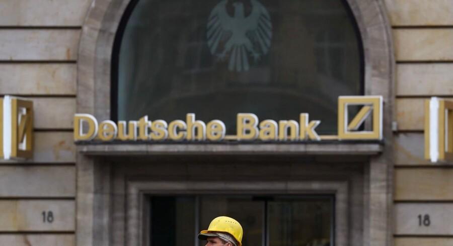 Deutsche Banks aktie stiger mandag 0,3 pct. til 13,36 euro. I årets løb er aktien faldet 40 pct.