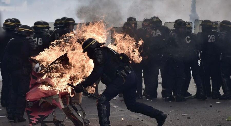 Tre betjente er såret, rapporterer kanalen BFMTV. Der skal være kastet molotovcocktails og andre kasteskyts mod betjentene.