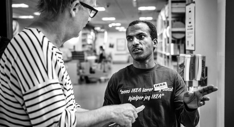 Tedros Haile har været 9 måneder i sprogpraktik i IKEA og er frustreret over, at det ikke fører til ansættelse. Ud af de 76 flygtninge koncernen har haft i praktik, er 10 efterfølgende blevet ansat.