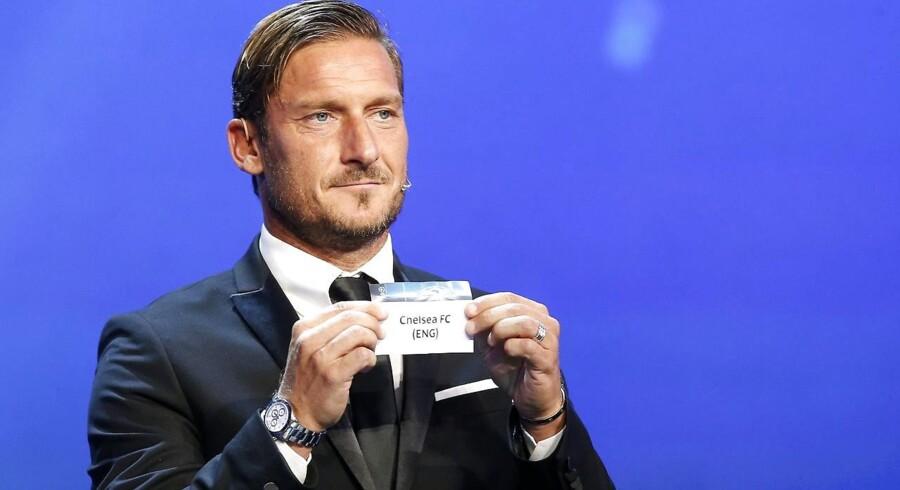 Den mangeårige og netop pensionerede italienske fodboldspiller for AS Roma, Francesco Totti, stod for at trække holdene under torsdagens Champions League-lodtrækning.