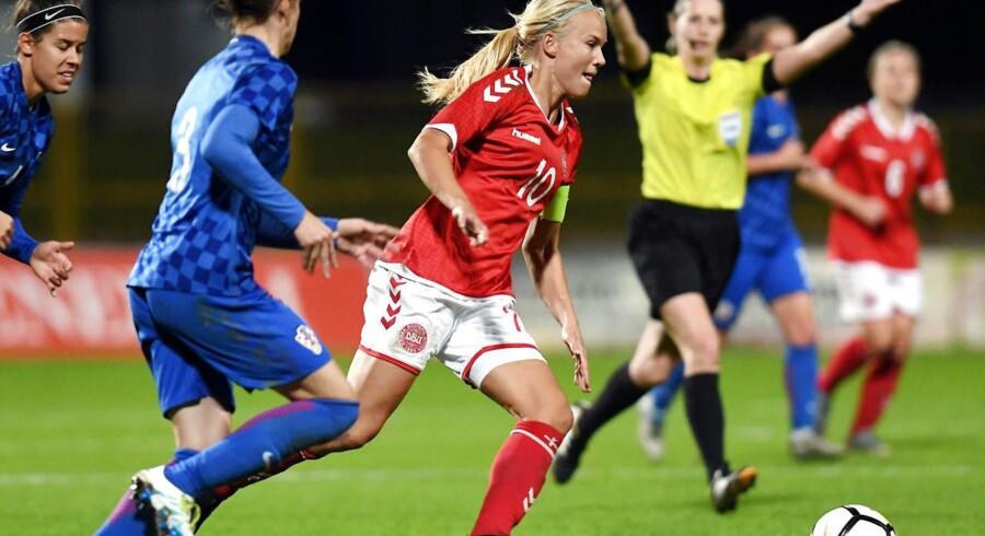 Pernille Harder med bolden under tirsdagens kamp mod Kroatien.