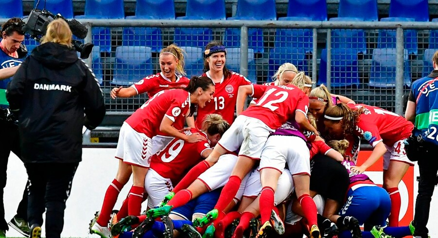 Denmark's players react after winning the UEFA Women's Euro 2017 football tournament semi-final match between Denmark and Austria at the Rat Verlegh Stadium, in Breda, on August 3, 2017. / AFP PHOTO / Tobias SCHWARZ