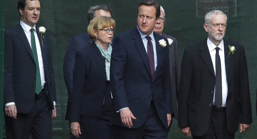 Storbritanniens konservative premierminister, David Cameron, og Labours leder Jeremy Corbyn (t.h.) fulgtes fra parliamentet til St Margaret's Church, hvor politikerne mandag i fællesskab mindedes den dræbte Labour-politiker Jo Cox.