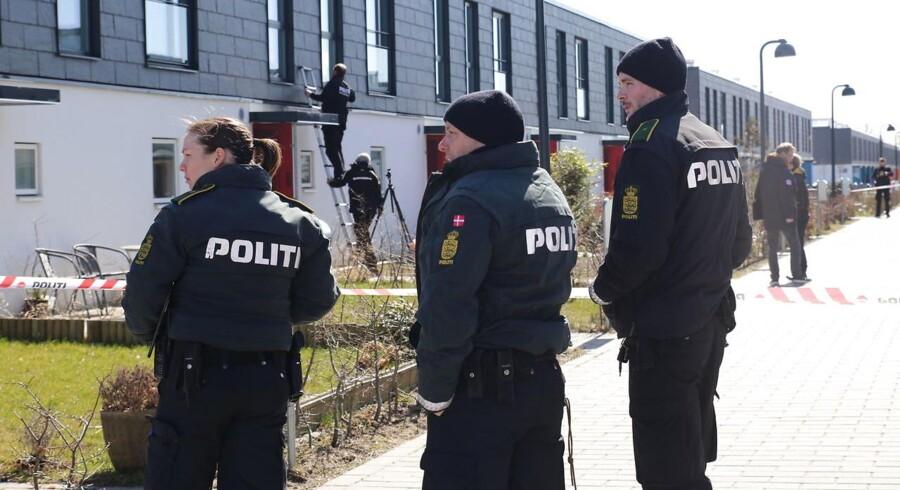 Politiets teknikere undersøger stedet, hvor der fredag blev skudt i Oksens Kvarter i Albertlund.