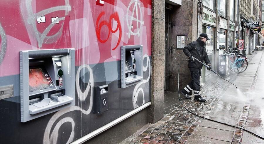 Der var omfattende hærværk flere steder på Nørrebrogade torsdag d. 2. marts 2017, dagen efter en stor demonstration der skulle markere 10-årsdagen for nedrivningen af Ungdomshuset på Jagtvej 69. Her fjernes der graffiti på Arbejdernes Landsbank.