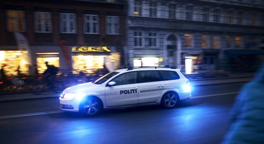 BMINTERN - Politibil i udrydning med blå blik og sirener på Nørrebrogade.