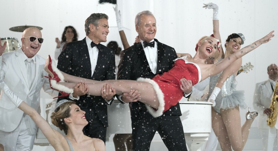 Paul Shaffer, George Clooney, Bill Murray og Miley Cyrus spreder lun julestemning hos Netflix. »A Very Murray Christmas«. Foto: PR