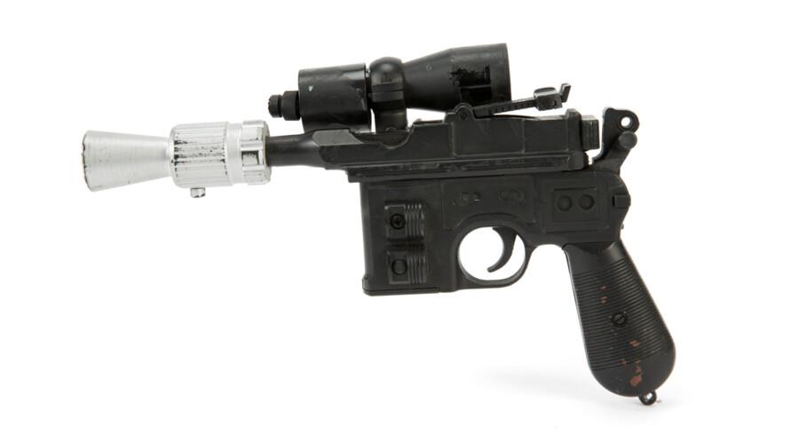 Han Solos laserpistol er solgt for et millionbeløb på auktion i USA. Dermed overgik den prisen på 450.000 dollar - 2,9 millioner kroner - som det lyssværd, hovedkarakteren Luke Skywalker bruger i de to første film i serien, tidligere er solgt for. Handout/Reuters