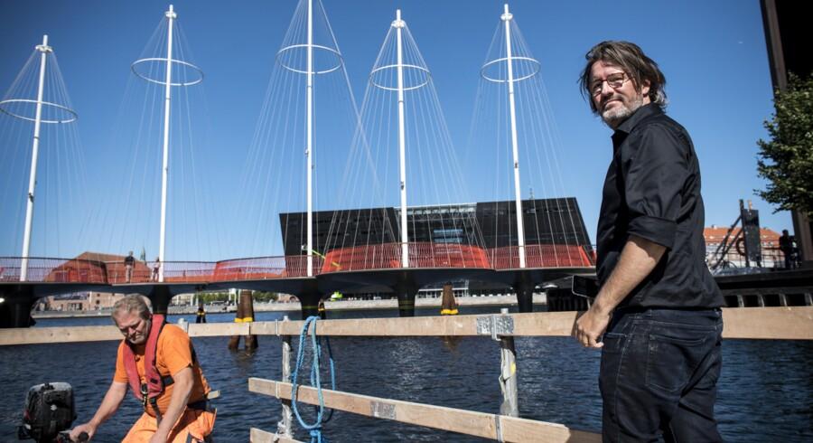 Olafur Eliasson foran Cirkelbroen der er inspireret af kunstnerens barndom på Island, hvor man kunne hoppe kutter til kutter i havnen. Foto: Søren Bidstrup