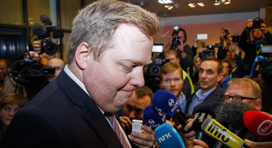 Den islandske statsminister ankommer til møde med sit parti dagen før, han officielt trak sig fra posten.