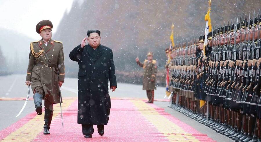 Nordkoreas leder Kim Jong-Un inspicerer hæren i Pyongyang.