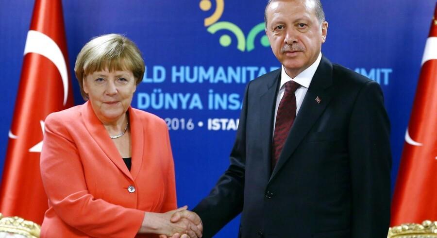 Luften er ikke blot anstrengt mellem Tysklands kansler, Angela Merkel, og Tyrkiets præsident, Recep Tayyip Erdogan, som her trykker næver under det humanitære topmøde i Istanbul i sidste måned. Tyrkiet bøvler i øjeblikket også med forholdet til EU.