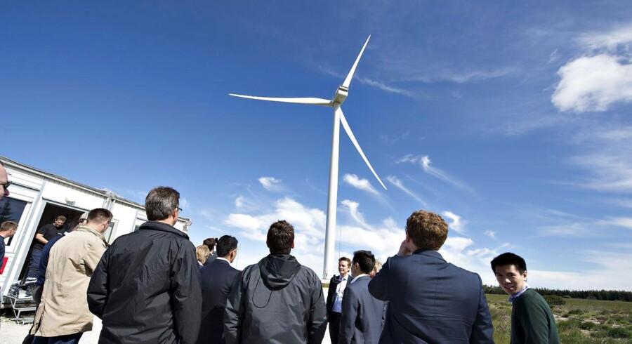 Vestas' V164 8MW-mølle. Til vingespidserne når den op i 220 m. højde og møllehuset vejer 390 ton. Her ses investorer og den store mølle.