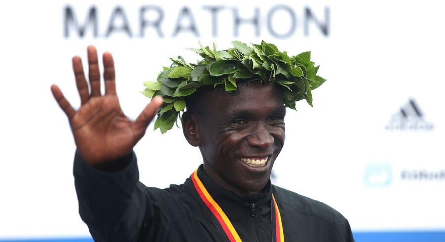 Kenyas Eliud Kipchoge fejrer sin sejr i Berlin Marathon.