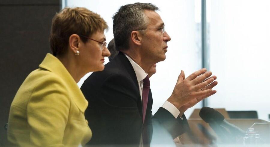 Arkivfoto. NATO tager skarp afstand fra den russiske ambassadørs atomtrussel i debatindlæg. På billede set Oana Lungescu, talskvinde for NATO og generalsekretær Jens Stoltenberg.
