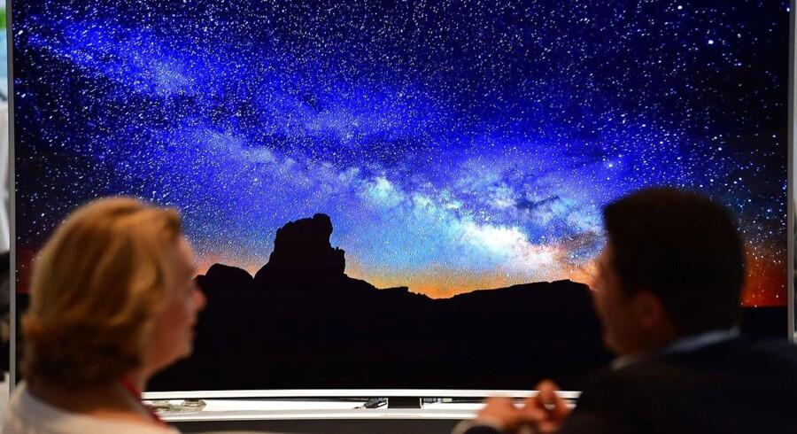 De stadig større TV-skærme er oftest koblet på internetforbindelsen, så man kan bruge forskellige apps på dem til f.eks. at leje film. Men disse apps udgør en sikkerhedsrisiko, påviser tyske forskere. Foto: John MacDougall, AFP/Scanpix