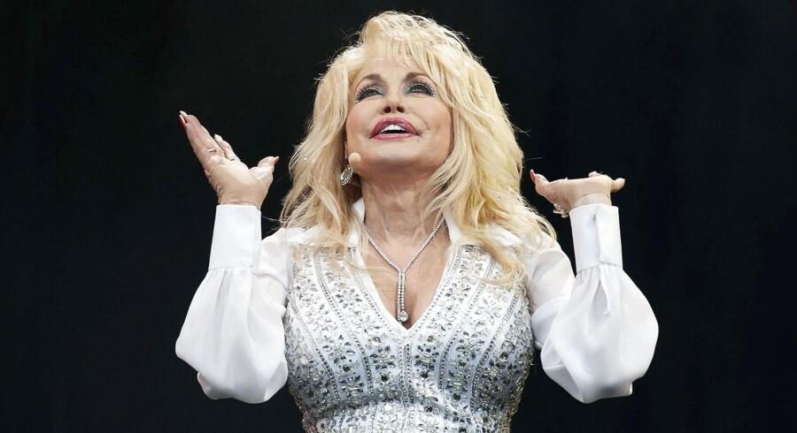 """Det lykkedes Dolly Parton at få mere end 100.000 fans til sammen at synge med på det nye nummer """"Mud Song"""", som hun havde skrevet og dedikeret til dette års udgave af musikfestivalen Glastonbury."""