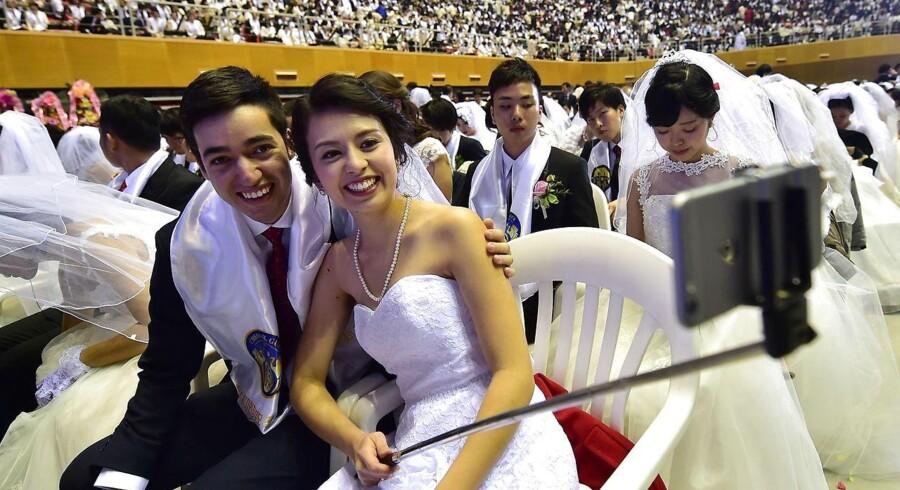 Ceremonien blev holdt af den religiøse Moon-bevægelse, der blev stiftet af Sun Myung Moon i 1954.