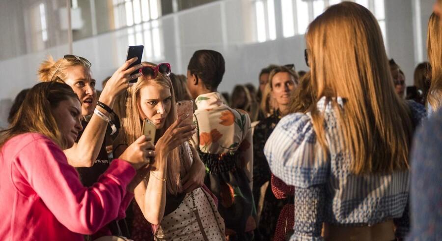 Bloggere der tager billeder til Gannis modeshow torsdag på Refshaleøen.