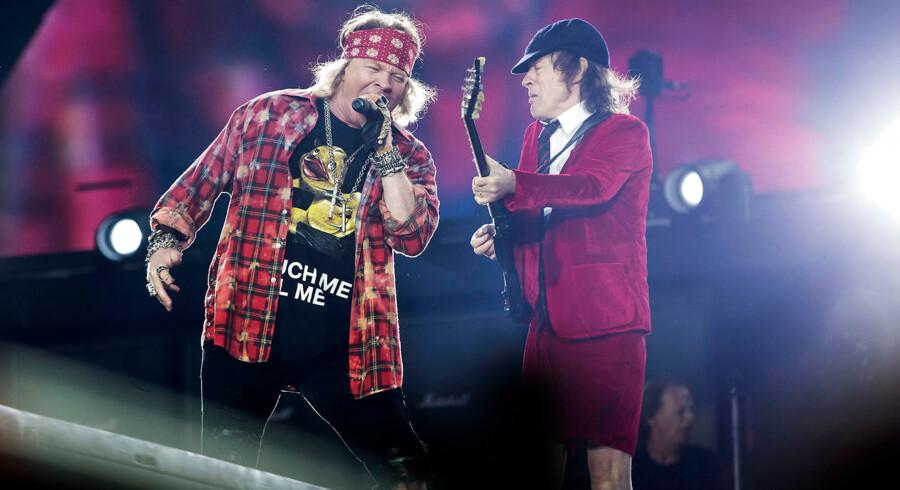 Rock-giganter mødes. Axl Rose og Angus Young under AC/DC-koncerten i Aarhus' Ceres Park søndag aften.