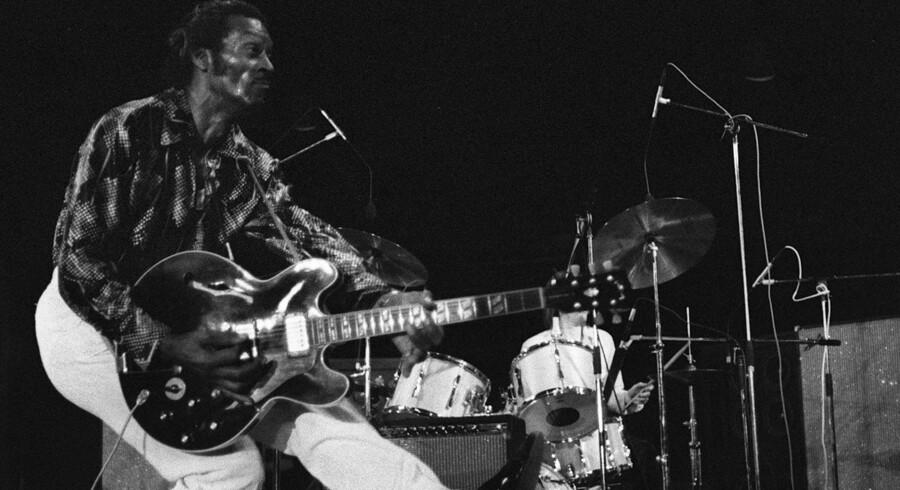 Chuck Berry havde sin helt egen og farverige stil på en scene. Foto er fra en koncert i Frankrig i 1981. Berry døde lørdag i sin hjemstat, Missouri. Musiklegenden blev 90 år. Scanpix/Novovitch