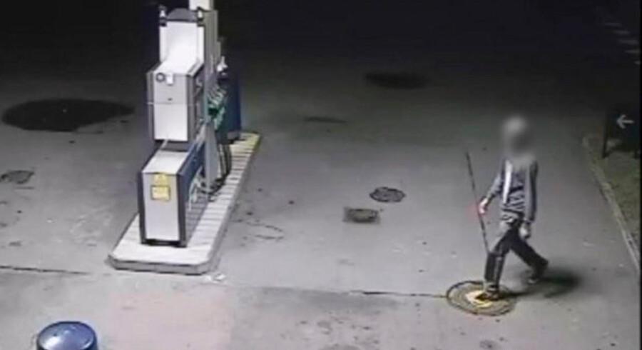 Overvågningsbillede fra tankstation med billede af efterlyst person i forbindelse med kast af sten fra motorvejsbro. SLØRET BILLEDE.