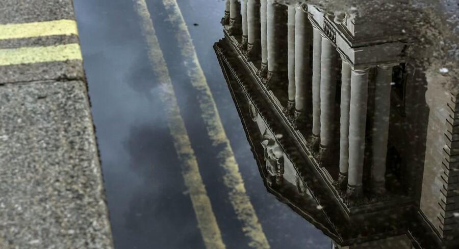 Arkivfoto: Bank of England reflekteres i en vandpyt i Londons gader.