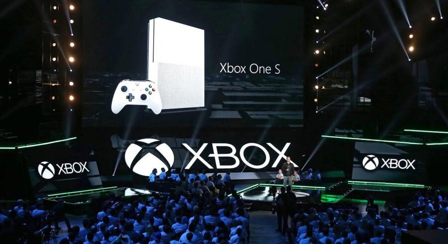 Sådan ser den nye Xbox One S ud. Den blev mandag aften dansk tid præsenteret på verdens største spilmesse i Los Angeles af Phil Spencer, der er leder af Microsofts Xbox-division. Foto: Mike Nelson, EPA/Scanpix