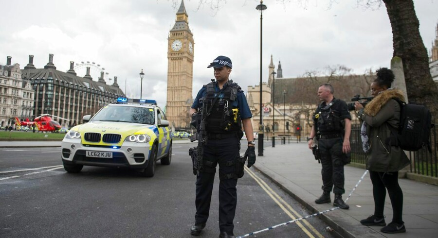 epa05863736 Armed police following major incidents outside the Houses of Parliament in central London, Britain 22 March 2017. Scotland Yard said on 22 March 21017 the police were called to a firearms incident in the Westminister palace grounds and on Westminster Bridge amid reports of several people injured in central London. EPA/WILL OLIVER