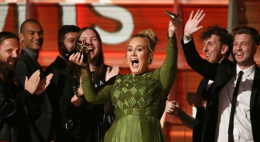 Adele modtager en Grammy for Record Of The Year ved prisfesten søndag aften.